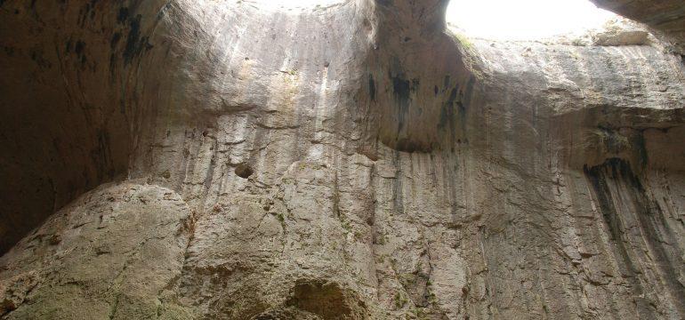 Faire de la spéléologie en Ardèche pendant les vacances
